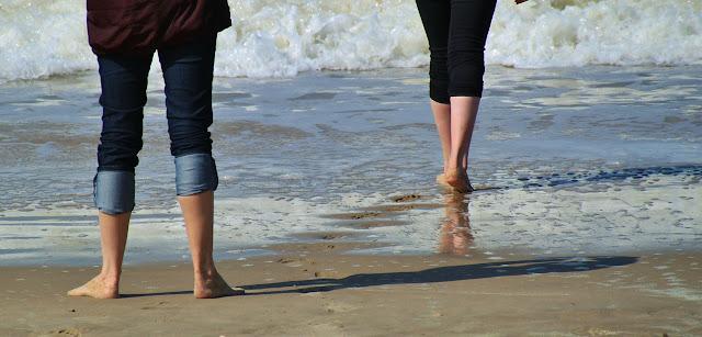 Camina por la playa juanetes
