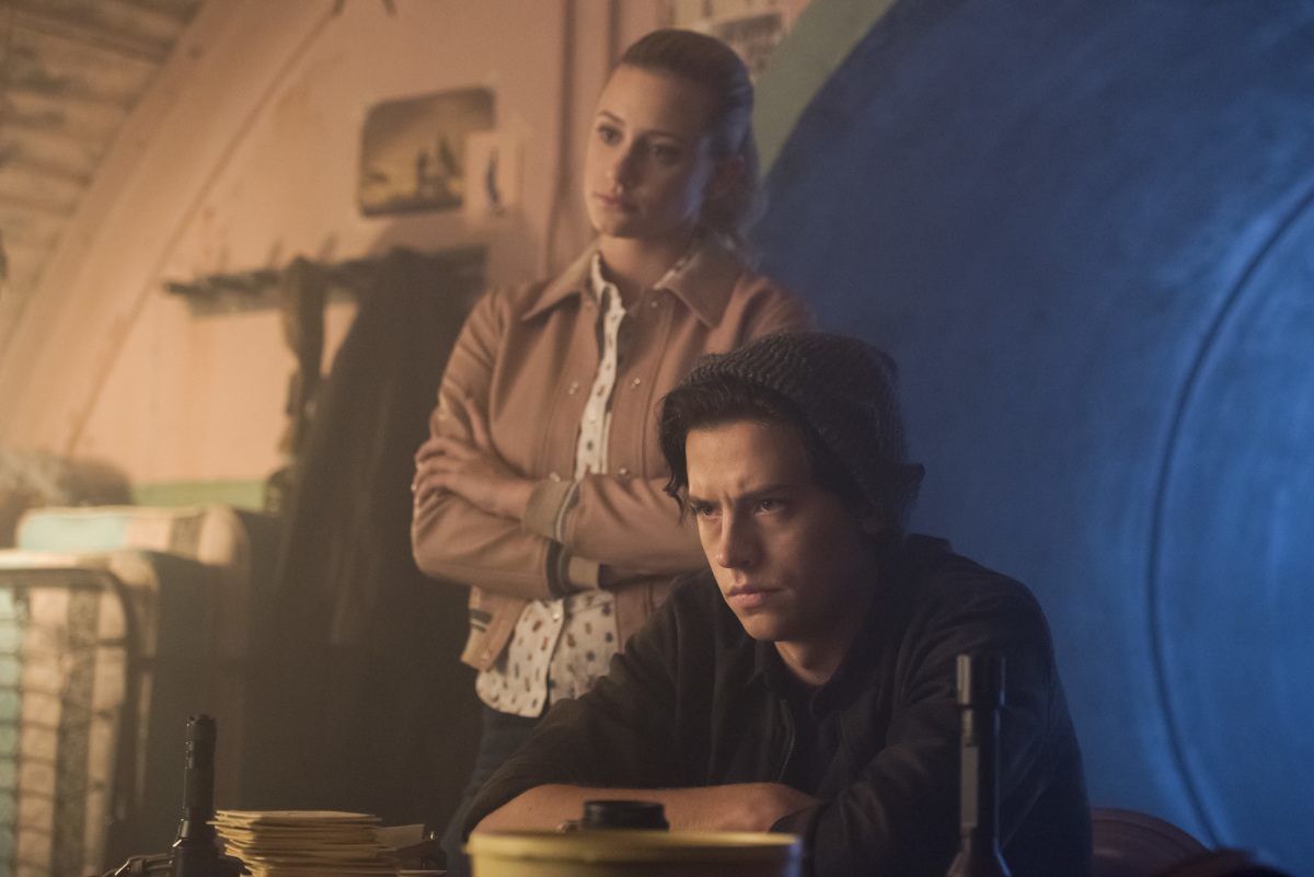 Lili Reinhart y Cole Sprouse en Riverdale de The Cw