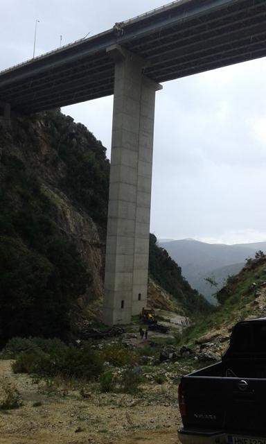 Νεκρός ο Ρουμάνος οδηγός της νταλίκας που έπεσε από γέφυρα της Εγνατίας