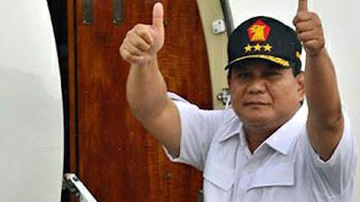 Biografi Prabowo Subianto   Sosok yang dikenal dengan Letnan Jenderal (Purn) Prabowo Subianto Djojohadikusumo adalah seorang mantan Danjen Kopassus, pengusaha dan politisi. Prabowo adalah calon presiden dalam pemilu presiden Republik Indonesia 2009 dari Partai Gerakan Indonesia Raya (GERINDRA). Karena perolehan suara Partai Gerindra kurang dari 20%, Prabowo maju sebagai calon wakil presiden Megawati Soekarnoputri. Tahun 2014 Prabowo sedang bersiap untuk kembali maju sebagai calon presiden di pemilu presiden 2014.  Dan jika diselusuri lebih jauh lagi, leluhur Prabowo adalah Panglima Laskar Diponegoro untuk wilayah Gowong (Kedu), yang bernama Raden Tumenggung Kertanegara III. Prabowo juga terhitung sebagai salah seorang keturunan dari Adipati Mrapat, Bupati Kadipaten Banyumas Pertama.  Dilihat dari Keluarganya Prabowo Subianto memiliki dua orang kakak perempuan yang bernama Bintianingsih dan Mayrani Ekowati, serta satu orang adik laki-laki yang kini menjadi seorang pengusaha handal yang bernama Hashim Djojohadikusumo. Pada tahun 1970, Prabowo Subianto memulai kariernya saat ia mendaftarkan diri di Akademi Militer Magelang, Ia kemudian Lulus pada tahun 1974 dari Akademi Militer, kemudian pada tahun 1976 Prabowo ditugaskan sebagai Komandan Pleton Para Komando Grup I Komando Pasukan Sandhi Yudha (Kopassandha) dan ditugaskan sebagai bagian biografi prabowo subianto lengkapbiografi prabowo subianto capres partai gerindra