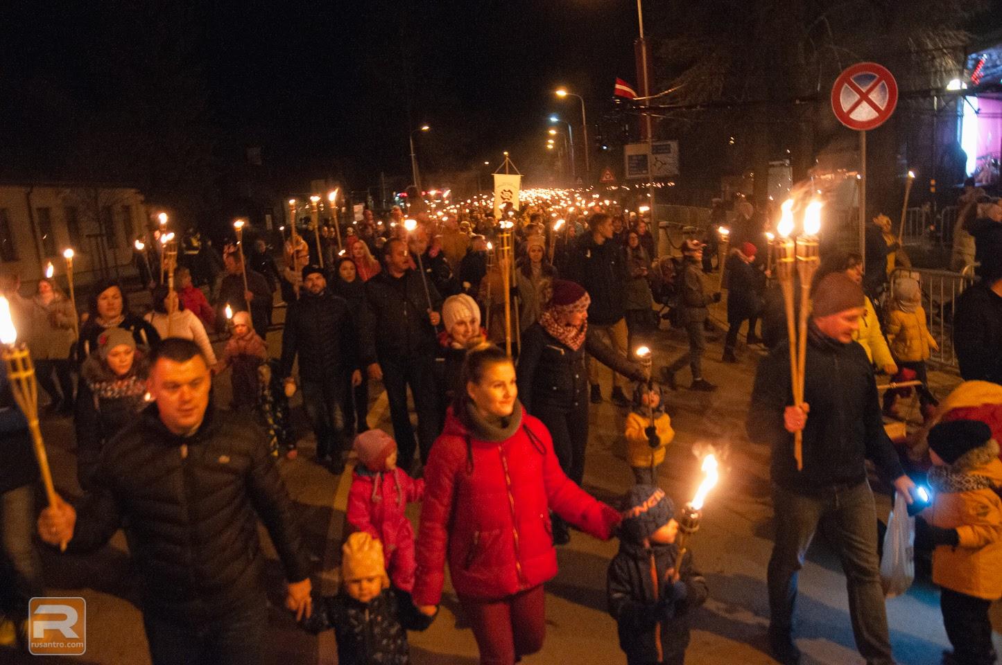 Lāpu gājiena dalībnieki piepilda Stacijas ielu Jelgavā