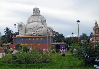 Statua del Buddha seduto in Trang Pagoda Vinh