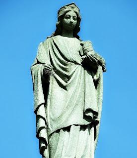 Imagem de Santa na fachada da Igreja Santíssima Trindade, Nova Palma (RS)
