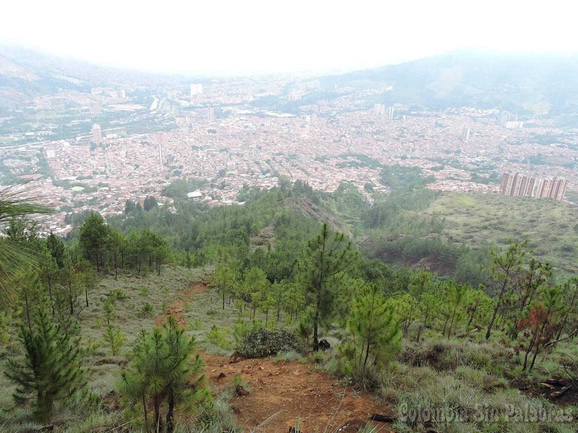 amplia visión de la ciudad Bello y Medellín desde el cerro quitasol