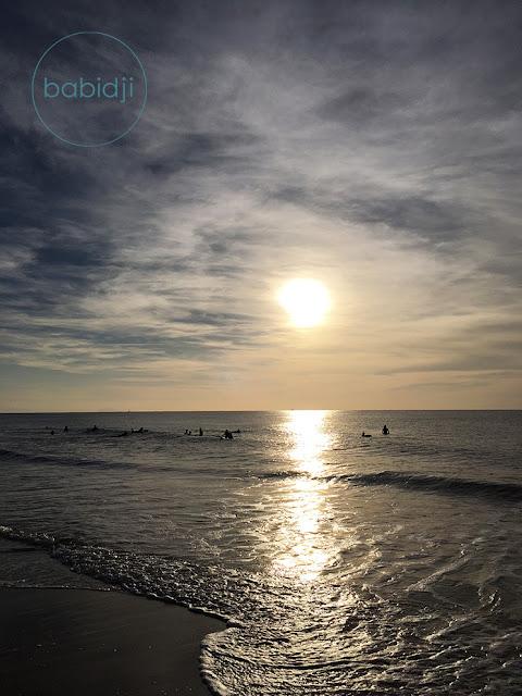 soleil couchant sur des surfers qui attendent la vague dans l'océan Atlantique à Seignosse