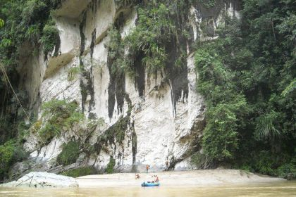 Indahnya Tebing Karst yang ada di Krueng Teunom Aceh Jaya dan hutan yang masih asri akan menemani raftingmu
