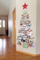 albero di natale con cartoline natalizie