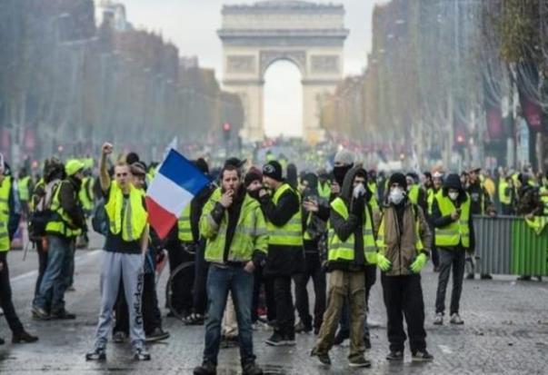 ماكرون يصف متظاهرو باريس البلطجية والهمج...ولا تراجع أو الاستسلام.