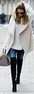 Botas pretas, skinny jeas, malha branca e casaco bege