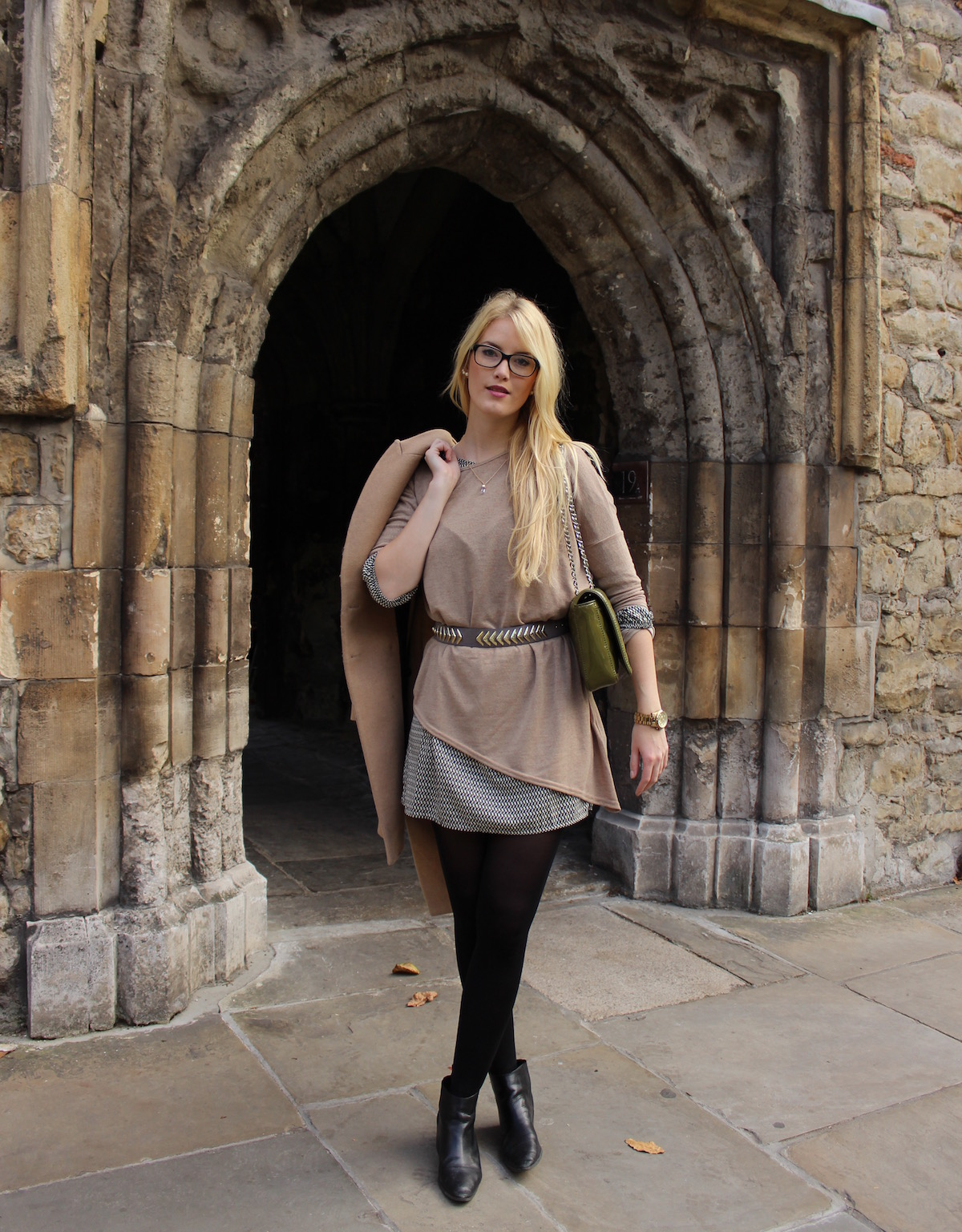 TheBlondeLion Fashion Look Outfit of the day Pullover Printkleid Brille Camelfarbener Mantel