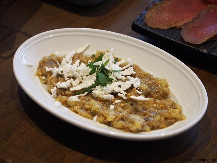 סלט חצילים קלוי-מעושן עם גבינה בולגרית