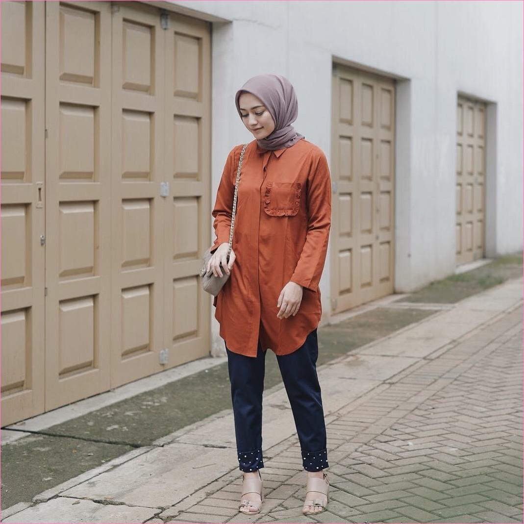 Outfit Untuk Remaja Berhijab Yang Mempunyai Tubuh Pendek Tapi Mau Kelihatan Tinggi blouse tunic oren tua celana jeans denim segiempat hijab square ungu tua slingbags krem tua high heels krem ootd trendy 2018 ciput rajut outfit selebgram