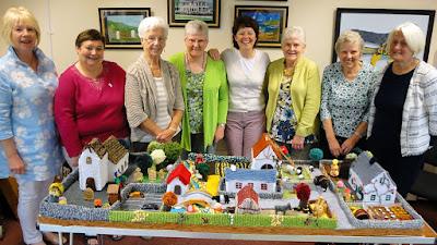 Модель собственной деревни  связали члены клуба любителей вязания из Кушендаллза в графстве Антрим Северной Ирландии.