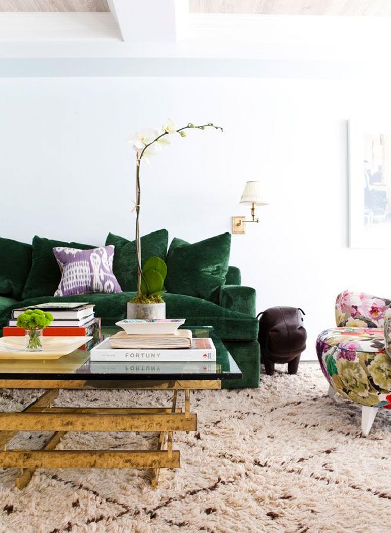 inspiracion-greenery-pantone-sofa-verde-complementos-dorados