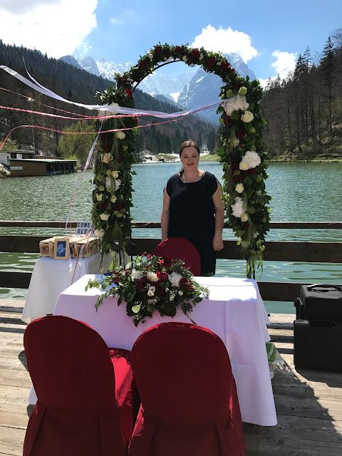 Freie Trauung mit Brigitte Kelly, Monaco di Bavaria wine shades and wood grains, Hochzeitsmotto, heiraten 2017 im Riessersee Hotel Garmisch-Partenkirchen, Bayern, wedding venue, dunkelrot, dunkelgrün, Weinthema