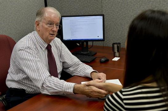 Uma cena de entrevista de emprego
