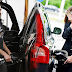 Tahu Perbezaan Lelaki & Wanita Ketika Mengisi Minyak Kereta?