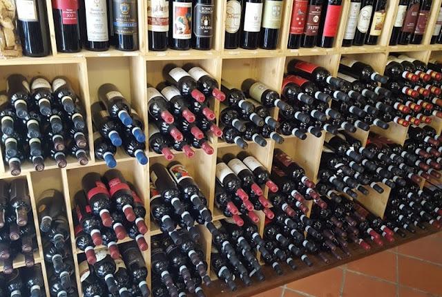 Vinhos expostos na Enoteca Fortezza