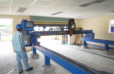 Hình ảnh công nhân làm việc với máy cắt CNC