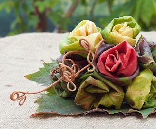 bouquet con foglie di vite a forma di boccioli di rose