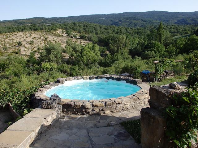 El jard n de gautama balsa de riego y chapoteos paso a - Como construir una piscina de bloques paso a paso ...