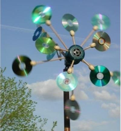 Kincir angin terbuat dari cakram CD/DVD bekas.