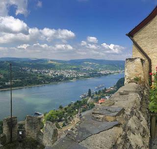 Romantik am Rhein, Heiratsantrag auf der Marksburg mit Blick auf den romantischen Rhein