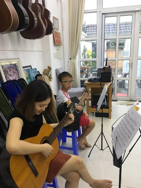 Giờ học guitar và ukulele chăm chỉ tại trường nhạc sms