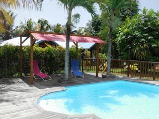 Pergola et deck de l'espace piscine, Gites Lamatéliane