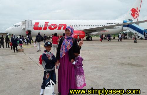 TAKE OFF :  Keluarga saya sempat berfoto di depan pesawat Lion Air jenis Boeing 737 - 800 NG sebelum terbang dari Bandara Supadio Pontianak. Foto Asep Haryono