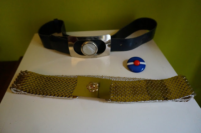 70s navy blue patent belt catwoman golden belt beret nautical sailor brooch broche ceinture 1960s 1970s 60s 70s années 60 70