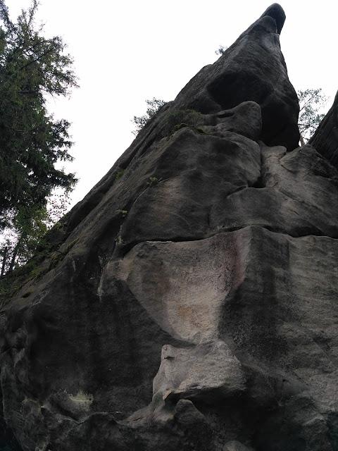 Góry Stołowe, Lisia Przełęcz, Karłów
