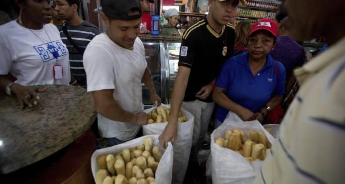 """Gobierno venezolano interviene cadena mayorista por """"condicionar ventas"""""""