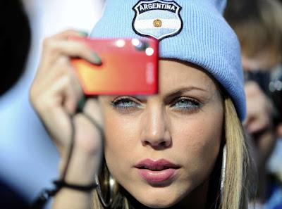 chica argentina en un estadio