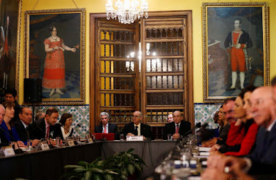 """La Declaración de Lima, suscrita el martes por 12 países americanos, ahonda el aislamiento de Venezuela en la región pero muestra flecos sueltos en la estrategia, como la inexplicada ausencia de Estados Unidos y el apoyo de solo 12 de los 17 representantes internacionales reunidos en la capital peruana.  Este grupo de naciones -entre ellas México, Brasil, Argentina o Colombia- se dio cita en Lima, como reconoció el anfitrión, ante la imposibilidad de aprobar un texto contundente en la Organización de los Estados Americanos (OEA), donde se necesitan 18 votos para las decisiones por mayoría simple y 24 para las de dos tercios.  La constatación definitiva de ese bloqueo la tuvieron en la Asamblea General de junio en Cancún (México) cuando varias naciones caribeñas les retiraron su apoyo en el último momento salvando al Gobierno de Nicolás Maduro de una condena regional.  Los 12 firmantes de la Declaración de Lima -y Uruguay, que asistió al encuentro pero no la suscribió- pertenecen al llamado """"grupo de los 14"""", que se consolidó en la OEA en marzo y desde entonces ha promovido numerosas reuniones y declaraciones para presionar a Maduro.  El gran ausente fue Estados Unidos, que ni anunció ni explicó su desmarque, aunque la cita fue """"conversada"""" y """"coordinada"""" en todo momento con Washington, según explicaron a Efe fuentes diplomáticas peruanas.  """"Su ausencia, supuestamente para evitar avivar la retórica antiimperalista desde Caracas, fue un error. Sobre todo porque con o sin su presencia en la sala esa retórica va a seguir"""", indicó a Efe el abogado venezolano Mariano de Alba, uno de los observadores que sigue con más detalle la estrategia regional en esta crisis.  """"Los países latinoamericanos y Canadá buscan ejercer una presión más diplomática, mientras la estrategia estadounidense ha quedado relegada a sanciones a funcionarios, que hasta ahora no han sido efectivas"""", agregó, en declaraciones previas a que el presidente Donald Trump dijera que no descarta una """"opción mili"""