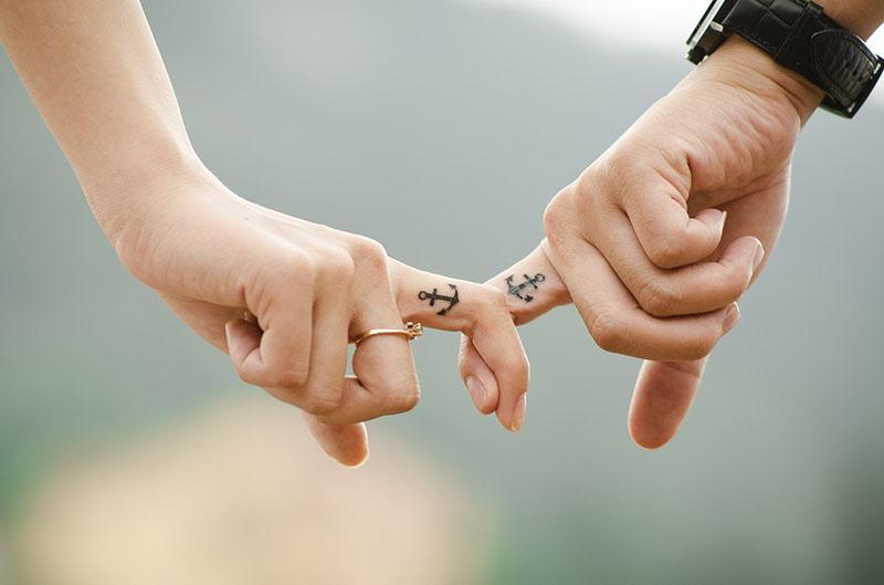 Dedos de enamorados enlazados para representar a la literatura romántica
