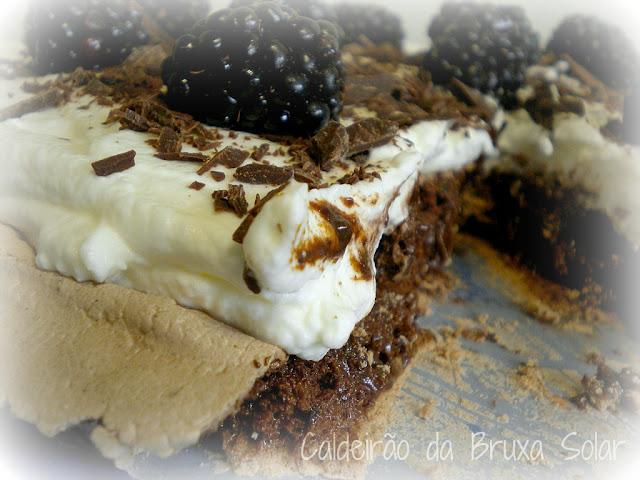 Pavlova de chocolate e amoras