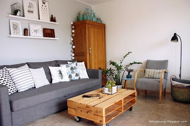 salon, stara szafa, stolik z palet, fotel, biała podłoga