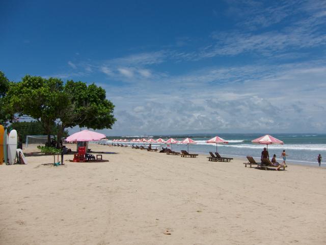 Bali memiliki banyak pantai yang besar yang bisa digunakan untuk berenang Pantai di Bali