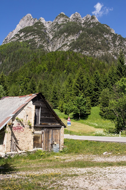 Blick auf Berg von Cave de Predil