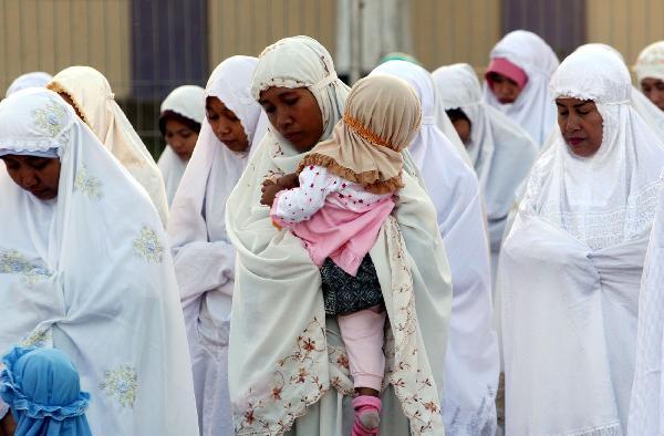 Aurat Tersingkap Di Pertengahan Sholat, Batalkah Sholatnya?