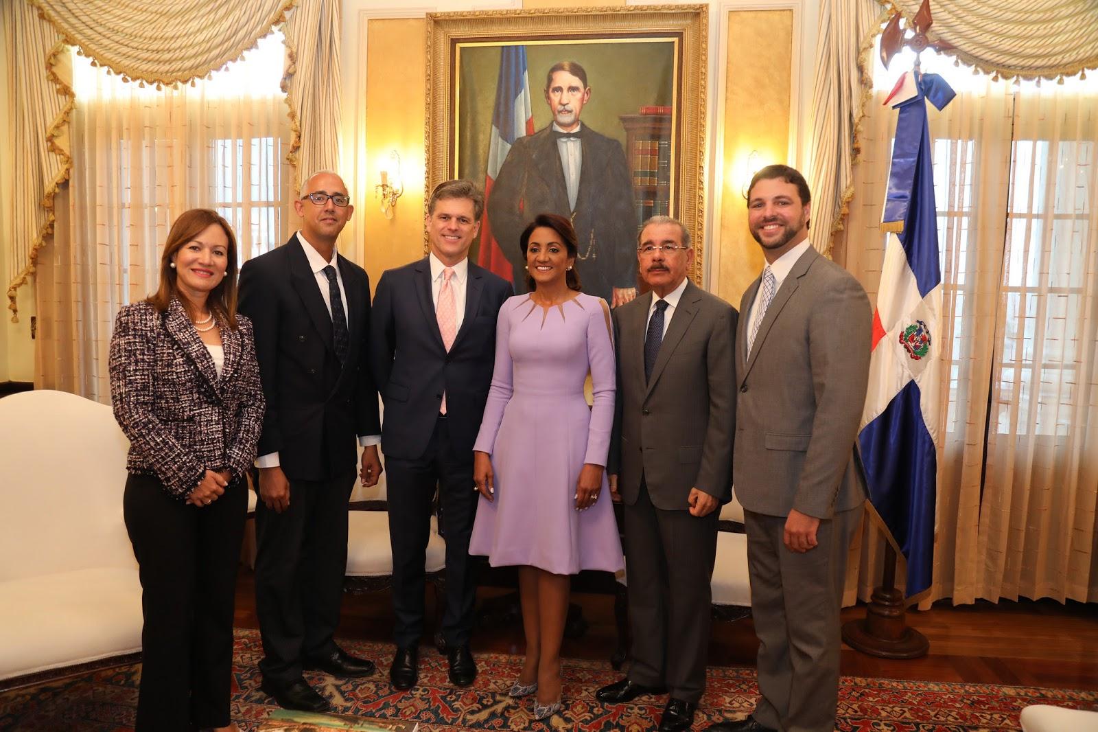 Danilo Medina recibe a presidente de Olimpiadas Especiales, Timothy Shriver. RD será sede torneo