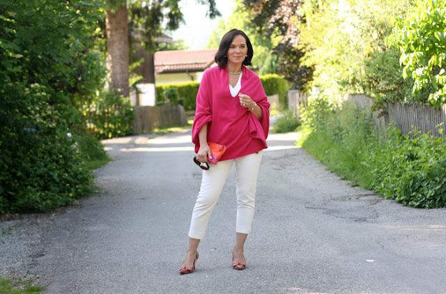 Женщина за 50 в топе цвета фуксии