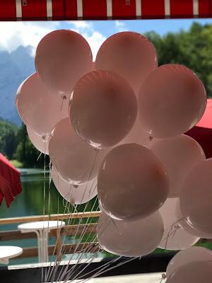 weiße Ballons, Sommerhochzeit in den Bergen von Garmisch-Partenkirchen, Riessersee Hotel ihr Hochzeitshotel in Bayern, Apfelgrün und Weiß, Hochzeitsplanerin Uschi Glas