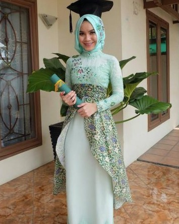 Model Baju Kebaya Wisuda Modern Syar'I Untuk Wanita Muslimah