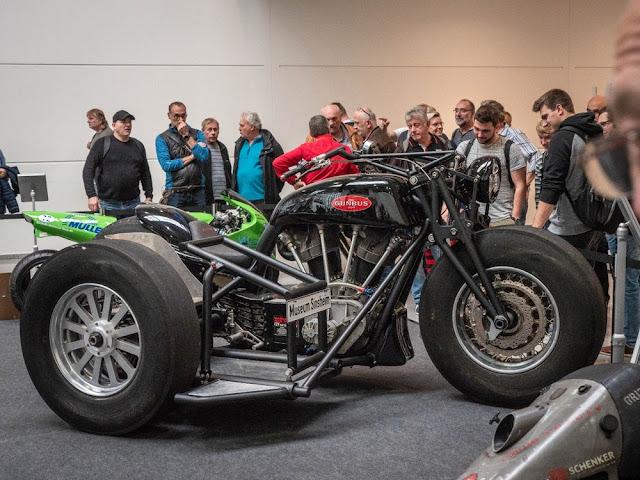 La motocicleta más grande del mundo estuvo presente. Conozca el colosal Gunbus 410, que tiene más de 11 pies de largo.