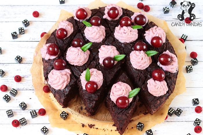 Brownie z cukinii z kremem kokosowo-wiśniowym (bez glutenu, cukru białego, laktozy, wegańskie)