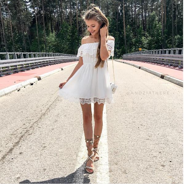 sukienka z odkrytymi ramionami biała na lato