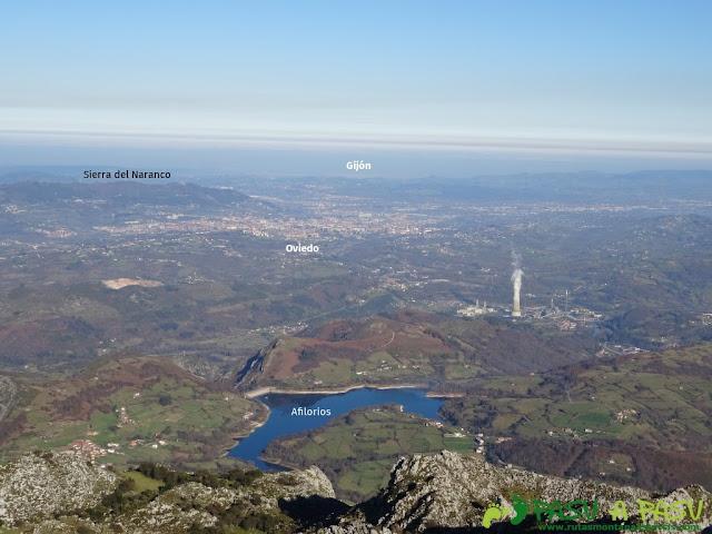 Vista desde La Mostayal hacia Oviedo y Gijón