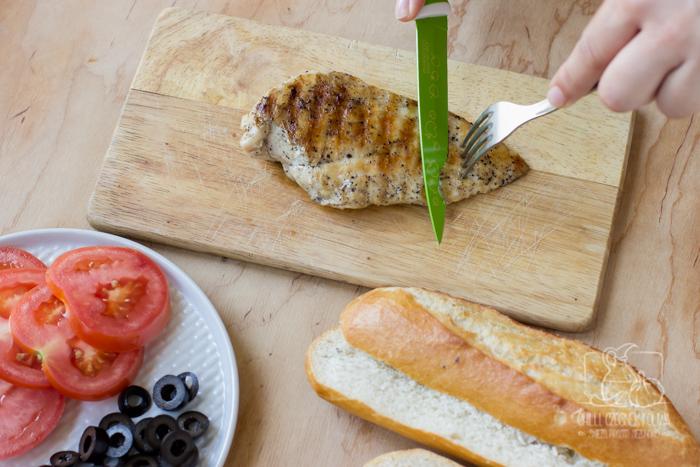 Wypasiona kanapka z grillowanym kurczakiem, pesto z suszonych pomidorów i serem Gouda